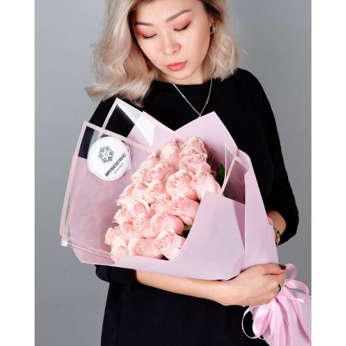 Купить на заказ Букет из 25 розовых роз с доставкой в Сарыагаше