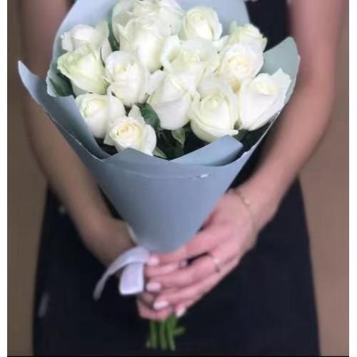 Купить на заказ 15 белых роз с доставкой в Сарыагаше